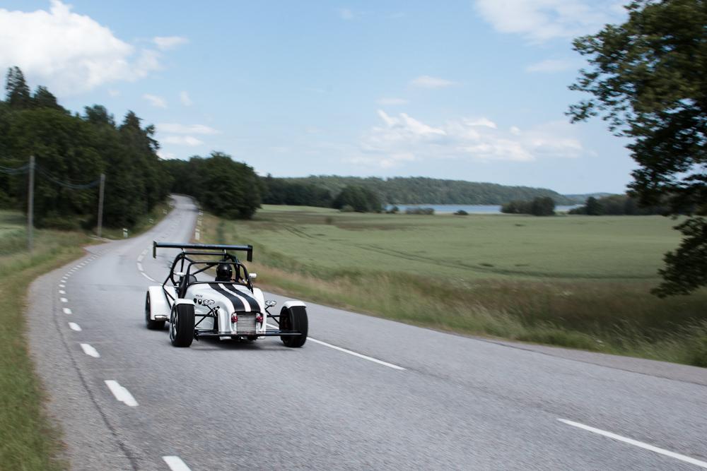 Foto av bil på väg