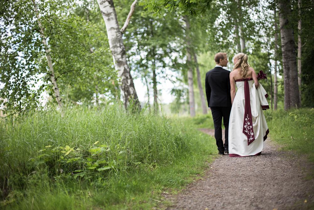Brudparet på promenad
