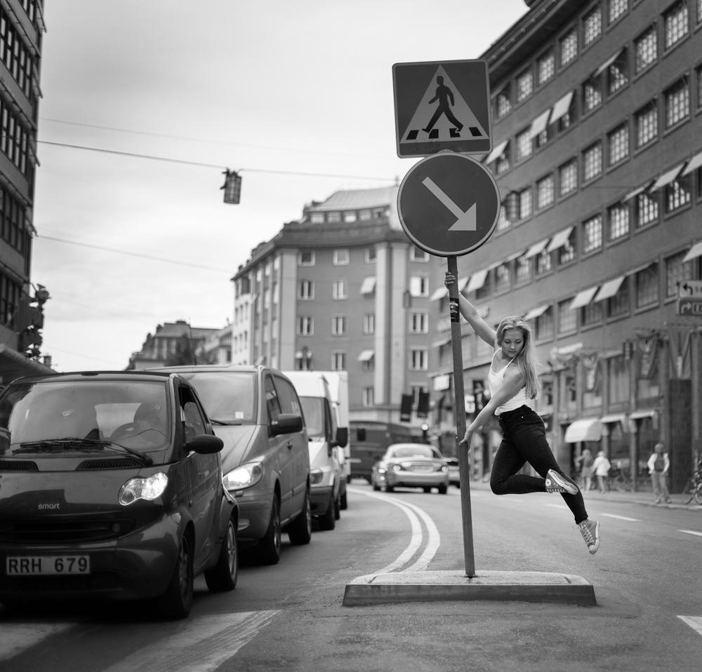 Karin Hellqvist dansar på Kungsgatan
